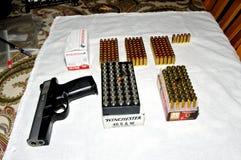 De Sigma van Smith & van Wesson met dozen van Winchester munitie wordt getoond die stock fotografie