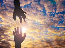 De Silhouetfoto van hand aan hand Stock Afbeeldingen