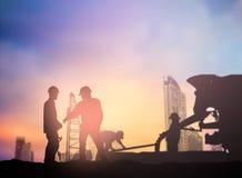 De silhouetingenieur die in een bouwterrein over Vaag werken bedriegt Royalty-vrije Stock Afbeelding