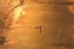 De silhouetmensen lopen op tropisch Chao Laow-strand in Chanthabur Royalty-vrije Stock Fotografie
