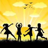De silhouetten die van kinderen in een glanzende dag spelen Royalty-vrije Stock Afbeelding