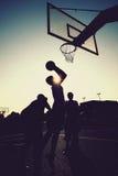 De silhouetten van basketbalspelers Stock Foto's
