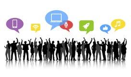 De silhouetten van Bedrijfsmensen bewapent Opgeheven en Sociale Conc Media Stock Afbeelding