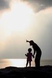 De Silhouetten van de moeder en van de Dochter Stock Afbeelding