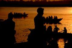 De silhouetten van de rivier Stock Fotografie