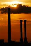 De silhouetten van de schoorsteen in zonsondergang Stock Fotografie