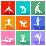 De silhouetten van de yogaoefening Stock Foto