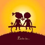 De silhouetten van de zonsondergang van jongen en meisje Stock Afbeelding