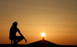 De silhouetten van het dak bij zonsondergang royalty-vrije stock foto