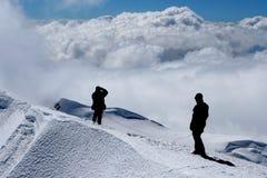 De silhouetten van klimmers Stock Fotografie
