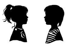 de silhouetten van meisjesjongens Stock Fotografie