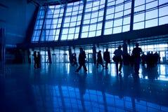 De silhouetten van mensen bij luchthaven Stock Afbeelding