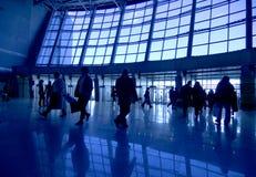 De silhouetten van mensen bij luchthaven Stock Foto