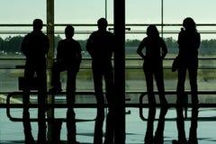 De silhouetten van mensen bij luchthaven Royalty-vrije Stock Afbeeldingen