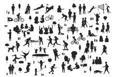De silhouetten van mensen in de geplaatste scènes van het stadspark, mannen vrouwenkinderen maken sport, gang, bij picknick, het  vector illustratie