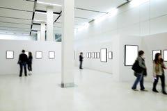 De silhouetten van mensen in het museum Stock Afbeelding