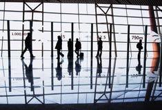 De silhouetten van reizigers bij luchthaven Royalty-vrije Stock Afbeeldingen