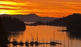 De Silhouettenbeeld van de zonsondergangzeilboot Stock Afbeelding