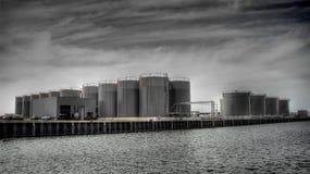 De silo's van de brandstof op dokken    Stock Foto's