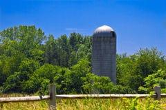 De silo van de korrel in platteland Royalty-vrije Stock Afbeeldingen