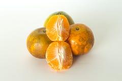 De sinaasappel en de sinaasappelschil isoleren op witte achtergrond Royalty-vrije Stock Foto