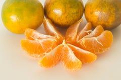 De sinaasappel en de sinaasappelschil isoleren op witte achtergrond Royalty-vrije Stock Fotografie