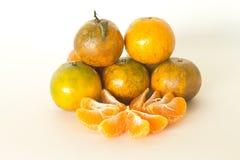 De sinaasappel en de sinaasappelschil isoleren op witte achtergrond Royalty-vrije Stock Afbeelding