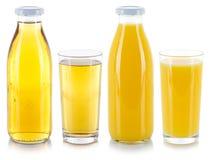 De sinaasappel en het appelsap drinken dranken in een fles en een glas dat op wit wordt geïsoleerd stock afbeelding