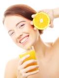 De sinaasappel en het jus d'orange van de vrouwenholding stock afbeeldingen