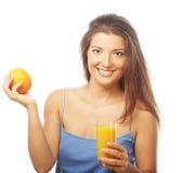 De sinaasappel en het jus d'orange van de vrouwenholding royalty-vrije stock foto