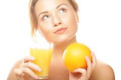 De sinaasappel en het sap van de vrouwenholding royalty-vrije stock fotografie