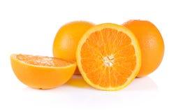 De sinaasappel sneed wat is gevestigde witte achtergrond stock foto's