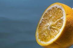 de sinaasappel sneed sinaasappel in waterbellen stock foto