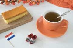 De sinaasappel tompouce, het traditionele Nederlands behandelt met pudding en het berijpen op nationale feestdagkoningen Dag 27 A stock fotografie