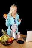 De sinaasappel van de de mixertekst van de vrouw stock afbeeldingen