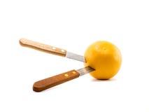 De sinaasappel van de messensteek op witte achtergrond Stock Fotografie