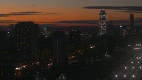 De sinaasappel van de stadszonsondergang stock videobeelden
