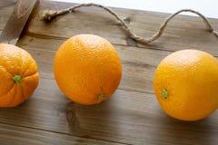 De sinaasappelen plukten vers van drie klaar om op de keukenlijst worden gegeten royalty-vrije stock afbeelding