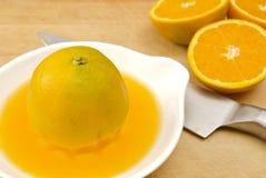 De sinaasappelen van Juicing Stock Foto's