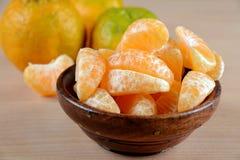 De Sinaasappelen van Nagpur met plakken in houten kom stock foto