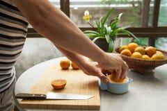 De sinaasappelen worden gedrukt met de hand om een zuiver en gezond jus d'orange te maken Stock Foto's