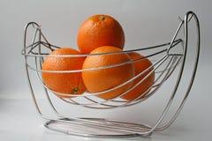 De sinaasappelen zijn in een staalvaas Royalty-vrije Stock Foto's