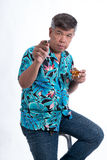 De siniorman die het glas van whisky en sigaret houden gebruikte h Royalty-vrije Stock Foto