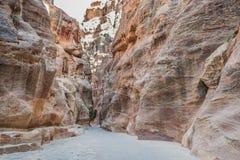 De siqweg in nabatean stad van petra Jordanië Stock Foto's