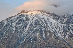 De sista strålarna av solen på bergstoppet, Georgia Royaltyfria Foton