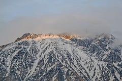 De sista strålarna av solen på bergstoppet, Georgia Arkivbild