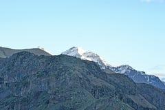 De sista strålarna av solen på bergstoppet, Georgia Arkivfoton