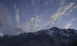 De sista strålarna av solen på bergstoppet, Georgia Royaltyfria Bilder