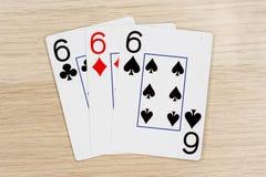 3 de sixes aimables 6 - casino jouant aux cartes de tisonnier photographie stock