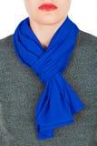 De sjaal van de zijde Blauwe zijdesjaal rond haar die hals op witte achtergrond wordt geïsoleerd Stock Fotografie